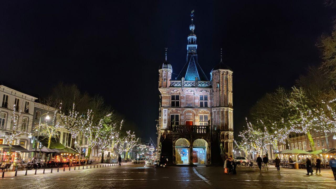 Deventer hanzestad stedentrip De Waag by night