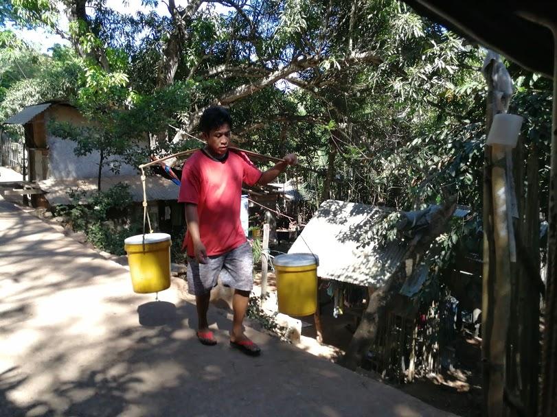 Foto man water halen